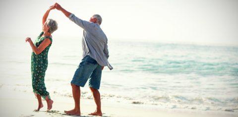 pensionati che ballano in spiaggia